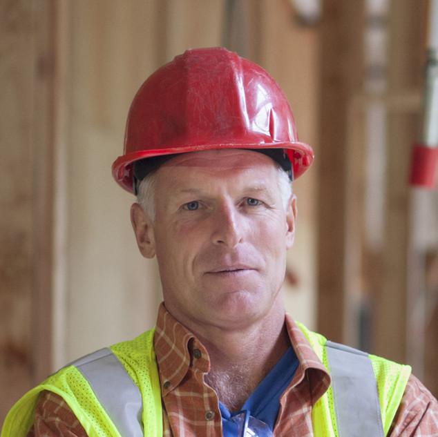 Arbeiter mit rotem Helm