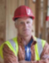 Arbeider met rode helm