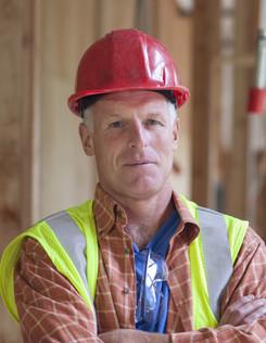 Travailleur avec casque rouge