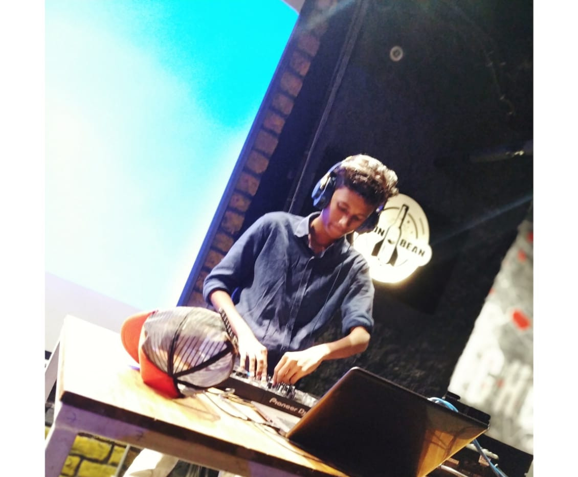 DJ Prash at moon bean | Want to learn how to dj?