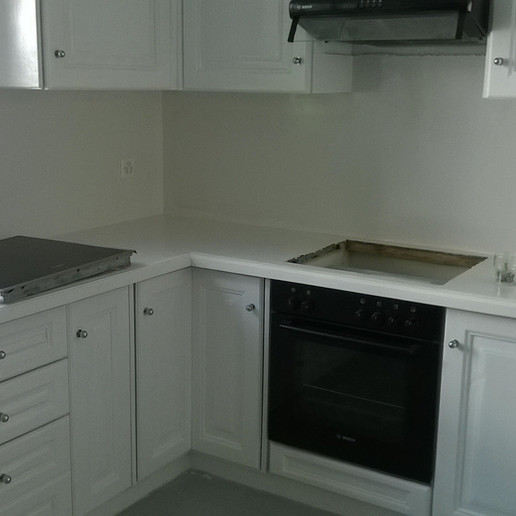 Microcemento sul piano di lavoro di una cucina