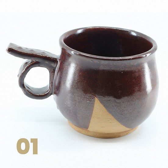 Tasses rondes brunes en céramique