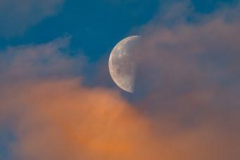 Abnehmender Mond im Morgenrot