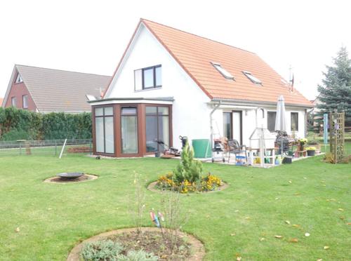 57 Blick auf das Haus und Grundstück