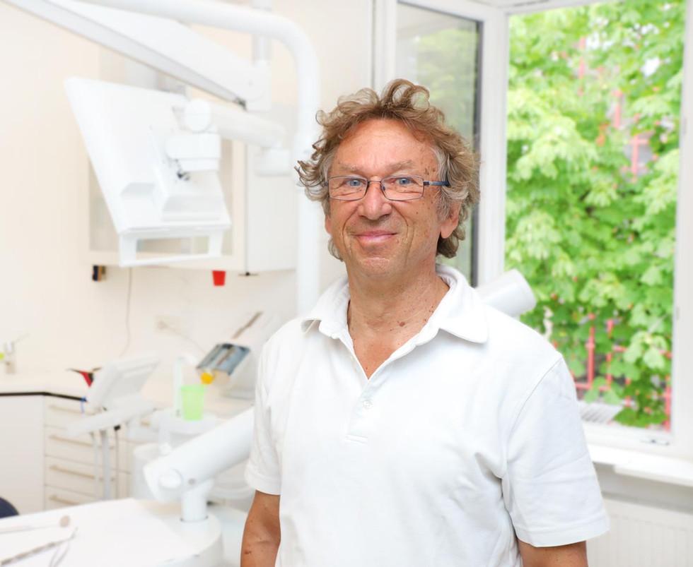 Zahnarzt in seiner Zahnarztpraxis in Radolfzell am Bodensee