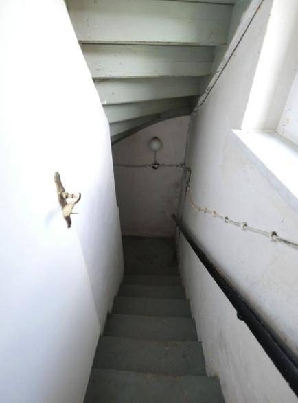 27 Kellertreppe innen
