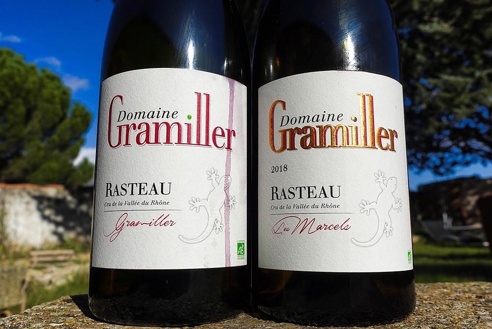 """On voit les deux Rasteau du domaine Gramiller : """"Les Marcels"""" et """"Gramiller"""". Elle sont sur une table en pierre"""