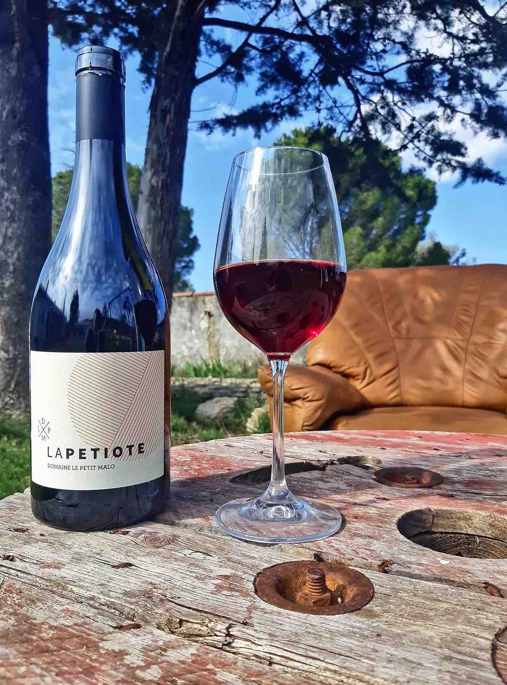 Le Domaine Le Petit Malo est situé dans le village de Bourdic (Gard) à la frontière entre le vignoble de la Vallée du Rhône et celui du Languedoc. À la fois sur l'appellation Pays d'Oc, IGP Cévennes et Celle du « Duché d'Uzès » Olivier Valence a choisi cette dernière pour ces vins. Un des critères du « Duché d'Uzès » est de faire des vins d'assemblage, alors « La Petiote » avec son 100 % Grenache ne peut prétendre à l'appellation et se retrouve en Vin de France.  Avec un rendement à 30 hectolitres à l'hectare sur des vignes de plus de 70 ans (certainement un de leur dernier millésime), ce vin est élevé 10 mois en barrique.