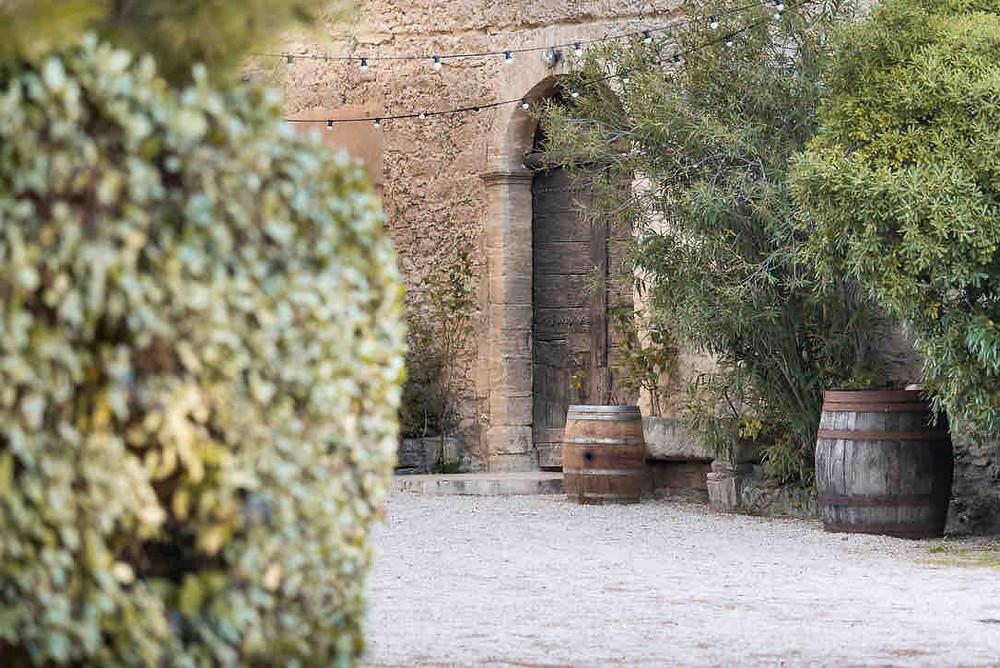 La cours du domaine. La photo montre la porte en bois de la cave