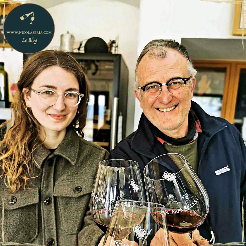 Madeline et Gilles Ferran. Père et fille. Vignerons au Domaine Les escaravailles à Rasteau. ILs ont un verre à la main tendent leurs verres vers l'objectif