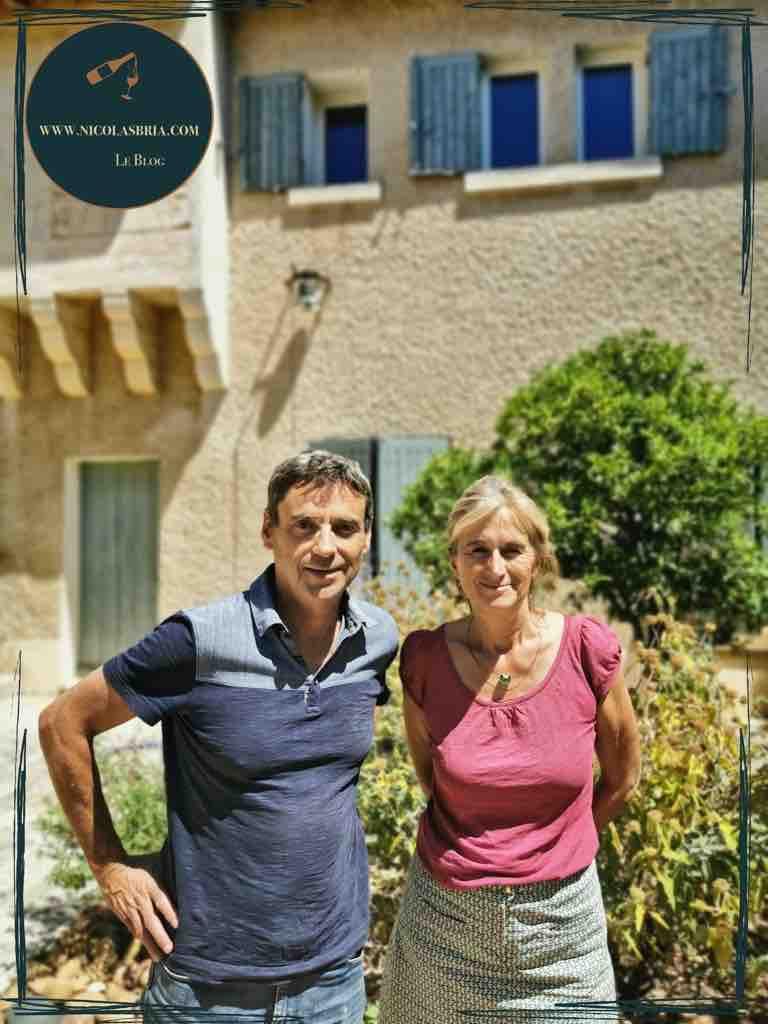 Anne et François Collard, les propriétaires du château. Il sont côte à côte. la photo a été prise dans la cours du château