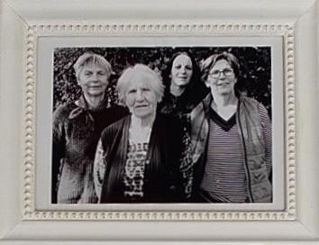 Photo en noir et blanc de Lydie Alonso, avec sa ère, sa grand-mère et son arrière grand-mère