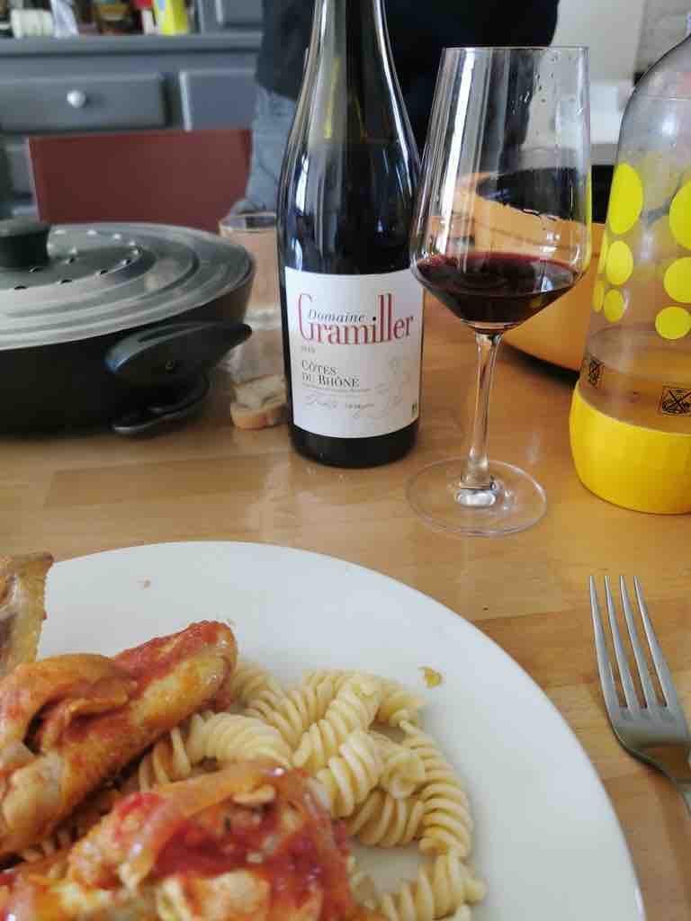Déjeuner au domaine Gramiller. on y voit un plat de patte avec du poulet et une cuvée du vigneron