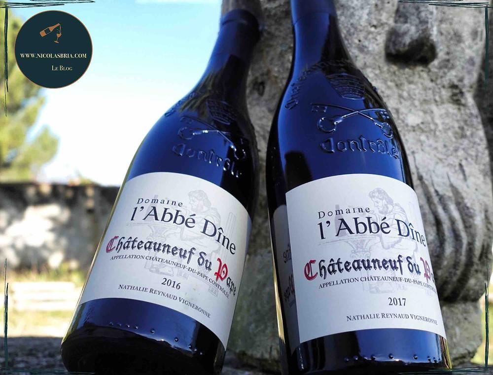 on voit 2 bouteilles de chateauneuf du pape rouge adossées à une statue de moine