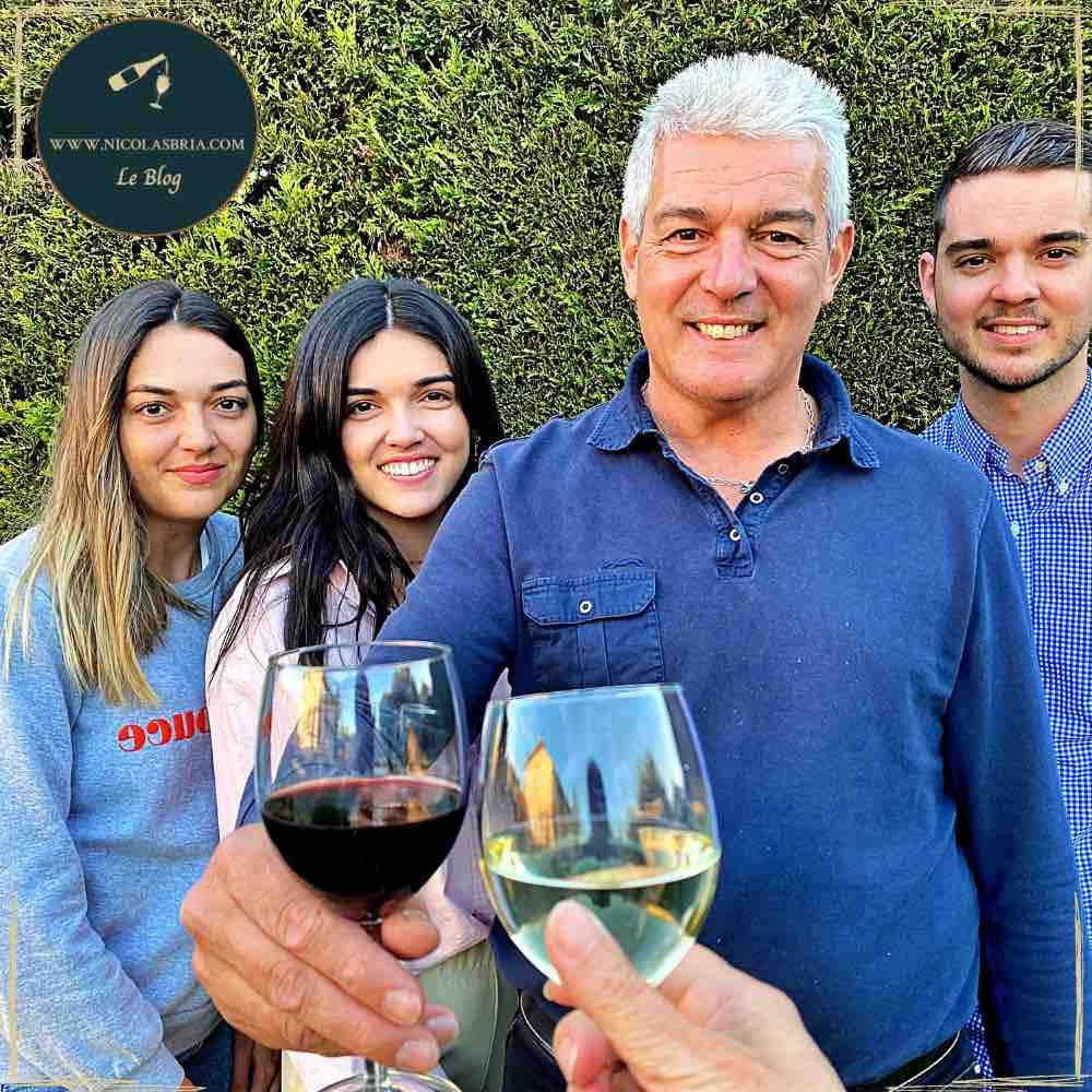 On y voit Philipe Bruneau, le fondateur de 10 cl avec ses deux fille et son fils. Philippe Bruneau a un vers de vin rouge à la main