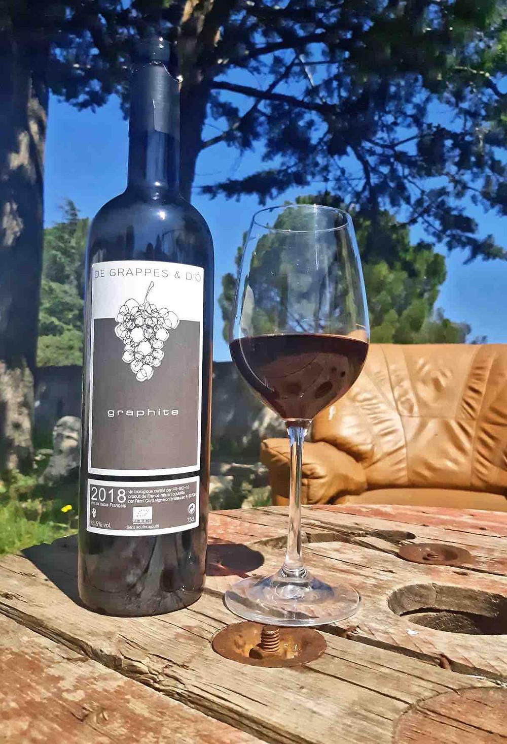 Rémi Curtil a fait du Vin de France un véritable choix. Sur ses quatre cuvées, deux sont en Vin de France. Pour lui, c'est la liberté totale de pouvoir travailler ses vins comme il l'entend, avec comme objectif qu'ils soient représentatifs du terroir et du millésime. Pour Rémi, un Vin de France est avant tout une « signature de vigneron ». En plus d'être en agriculture biologique, tous les vins sont vinifiés naturellement. Pour la cuvée « Graphite », c'est seulement 1200 bouteilles pour l'année 2018 avec un rendement très bas de 15 hl à l'hectare. Dans le verre, cela donne un vin soyeux, aux arômes de fraise, de myrtille et de violette. Une belle Syrah ample aux tanins délicats avec une longueur florale. Un vin d'une grande finesse. Bref, une jolie signature. Prix : 11 euros
