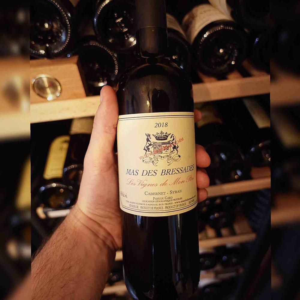 """Cuvée du mas des bressades, """"Les vignes de mon père"""". la photo est prise devant une cave à vin ouverte"""