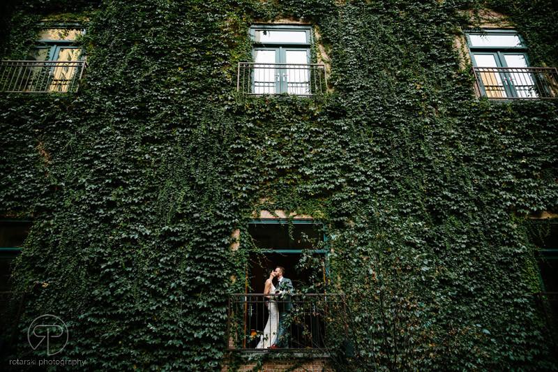 balcony-ivy-room-intimate-outdoor-wedding-venue-chicago-documentary-photographer-rotarski