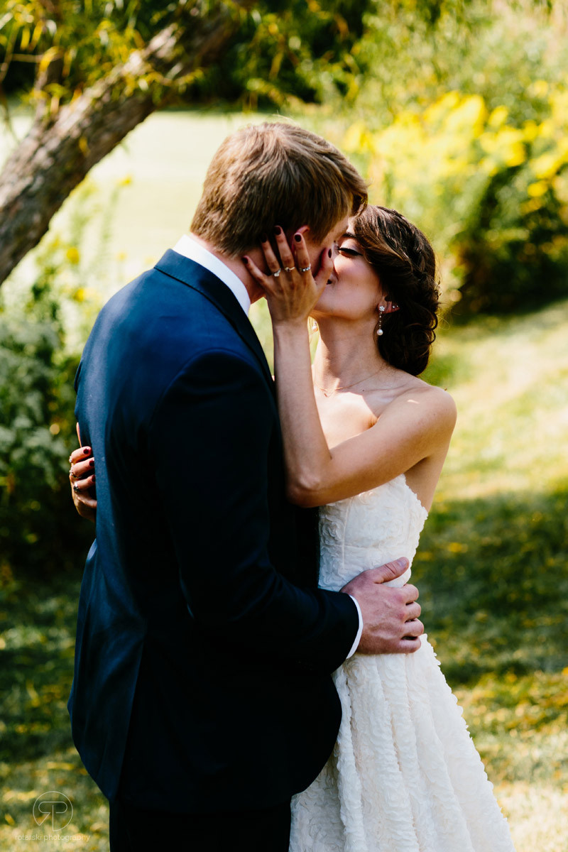 first-look-nature-kiss-forest-preserve-chicago-documentary-wedding-photography-rotarski