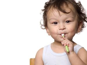 Cuidados com a saúde bucal infantil devem começar a partir do nascimento do bebê