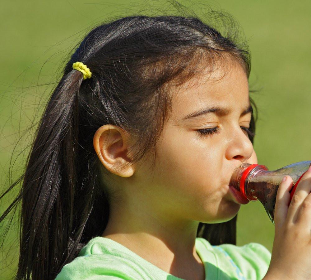 As empresas oferecerão apenas água mineral, suco, água de coco e bebidas lácteas. (Foto:Shutterstock)
