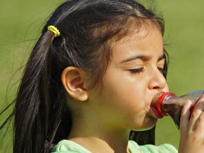 Empresas suspendem venda de refrigerantes para crianças de até 12 anos em escolas