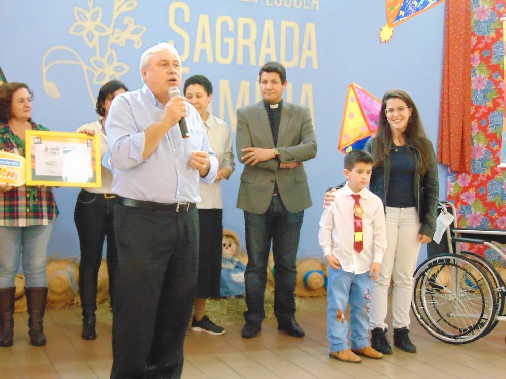 O Secretário de Educação, José Carlos Grigolleto, participou da entrega do título à Escola Sagrada Família. (Foto: Divulgação)