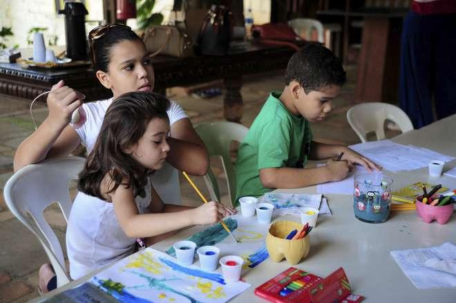 Crianças fazem atividades na biblioteca infantil. Foto: Emídio Marques