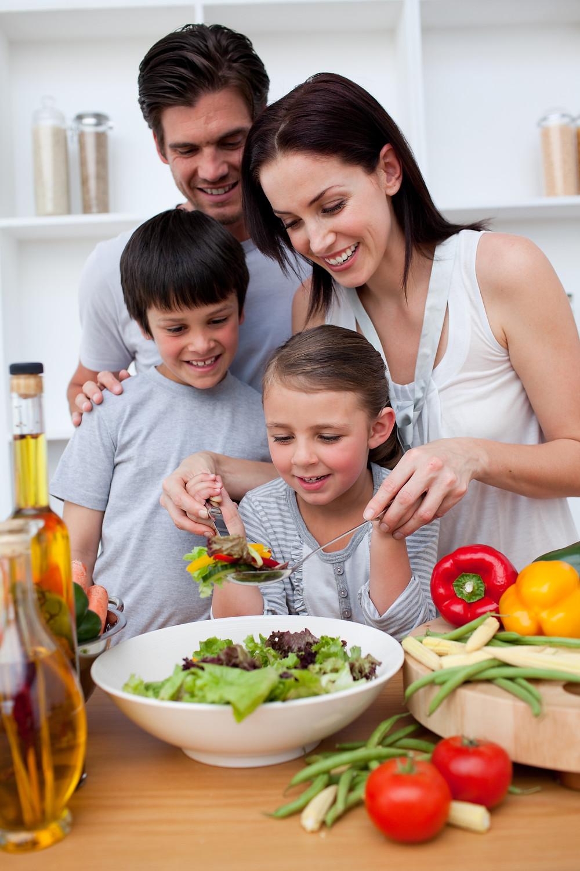 Incentivar alimentação saudável faz a diferença para que a criança desenvolva o gosto pelos alimentos naturais. (Foto: Canstock)