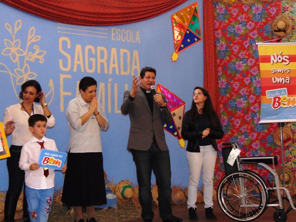 O padre Silvio Andrei participou da entrega e abençoou a cadeira de rodas. (Foto: Divulgação)