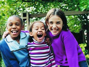 Como ensinar as crianças a praticar a amizade?