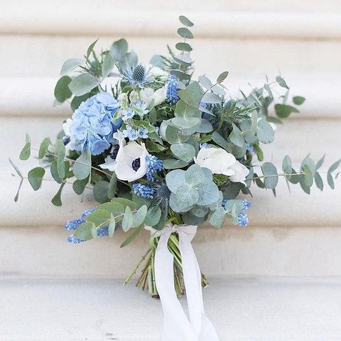 Раскидистый голубой букет невесты из анемонов, гортензии и эвкалипта