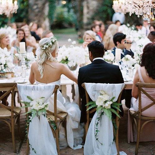 Декор стульев тканями и цветочной композицией