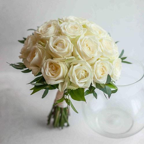 Кремовый свадебный букет невесты с зеленью