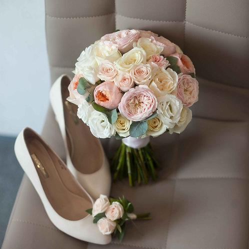 Букет невесты из пионовидных роз и эустомы Вайт Охара и эвкалипта
