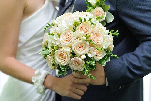 Букет невесты из кустовых роз и фрезии