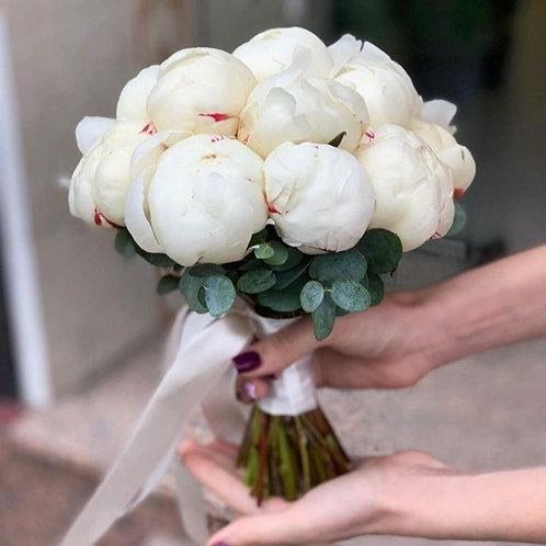 Букет невесты из кремовых пионов