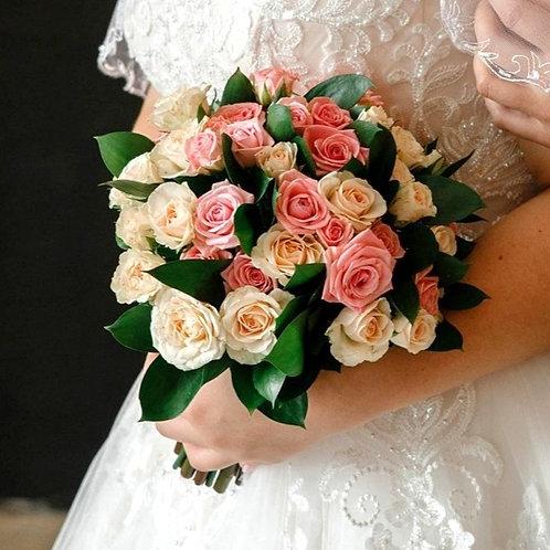 Букет невесты из кустовых роз и рускуса
