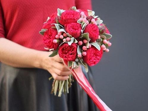 Букет невесты из пионовидных роз Ред Пиано, гиперикума и сенецио