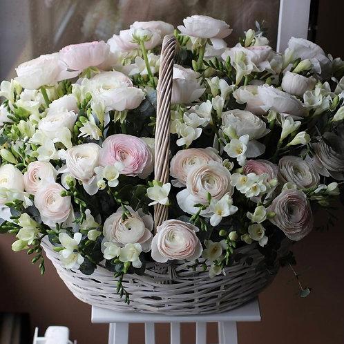 Корзина цветов из ранункулюсов и фрезии