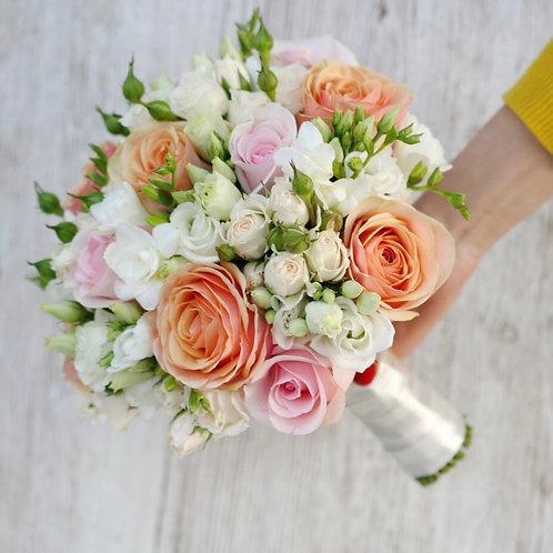 Свадебный букет невесты из роз и фрезии