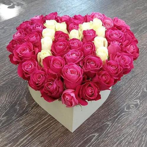 Розы с буквой в коробке сердце
