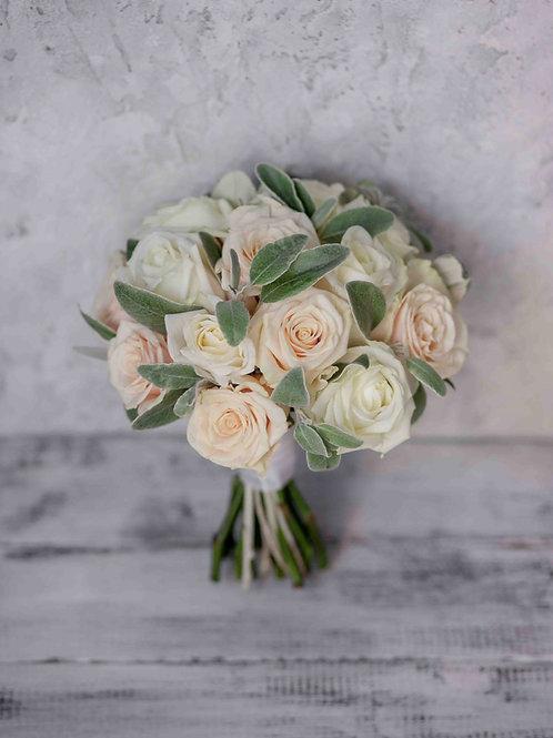 Пудровый букет для невесты из роз и матовой зелени
