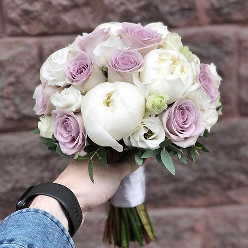 Букет невесты из пионов, роз и эустомы