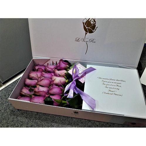 фиолетовые розы в прямоугольной длинной коробке