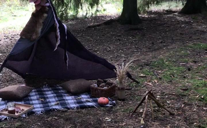 оформление фотозоны на природе с шалашом и пикником
