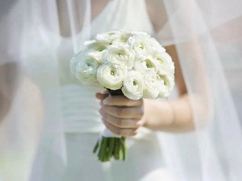 Свадебный букет из белых ранункулюсов