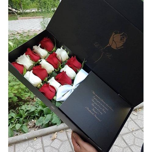 белые и красные розы в прямоугольной длинной коробке