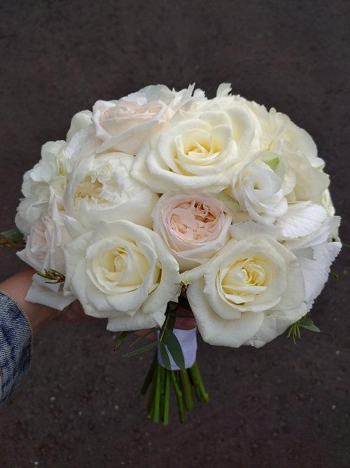 Бежевый свадебный букет из пионов, роз и гортензии