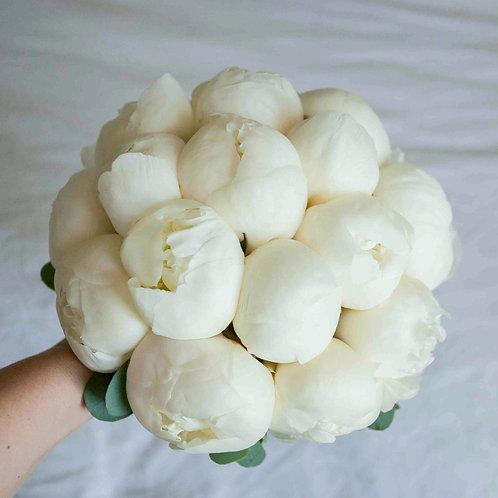 Букет невесты из 15 белых пионов сорта дюшес